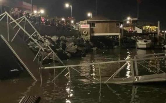 Colapsa puente en muelle y turistas caen al mar