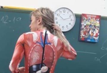 Maestra se quita la ropa para enseñar anatomía