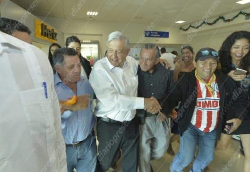 Así recibieron al presidente de México en el aeropuerto de Villahermosa