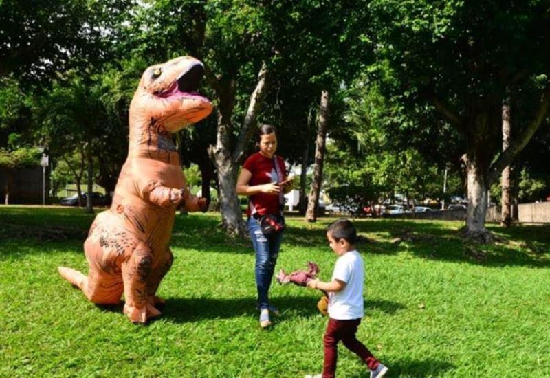 Madre se viste de dinosaurio y sorprende a su niño en Día de Reyes