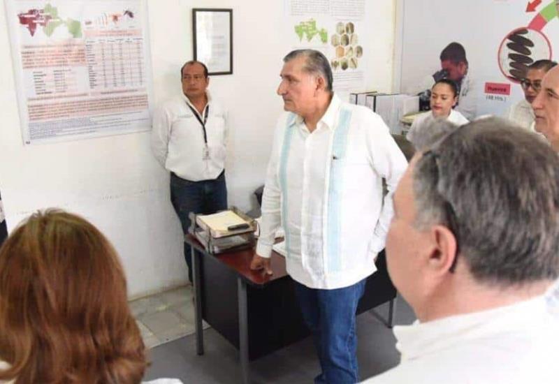 Recorre Adán Augusto Unidad de Investigación Entomológica de la Secretaría de Salud