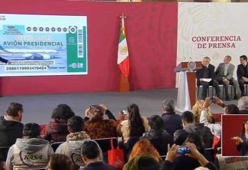 Presenta AMLO 'cachito' para rifa del avión presidencial