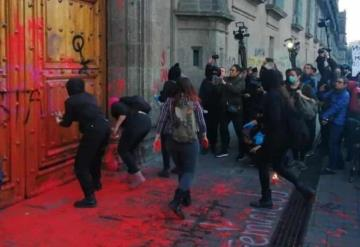 Protestan feministas en Palacio Nacional; realizan pintas en reclamo a los feminicidios