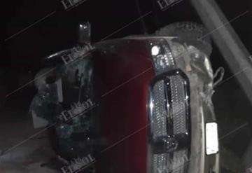 Muere hombre cuando su camioneta se volcó, era perseguido por un comando armado