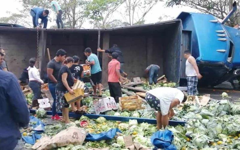 Rapiñan verduras luego de volcadura de tráiler en la carretera Cárdenas-Villahermosa