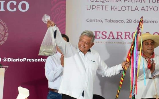Visita Andrés Manuel López Obrador Tamulté de las Sabanas, le regalan ejemplares de pejelagartos