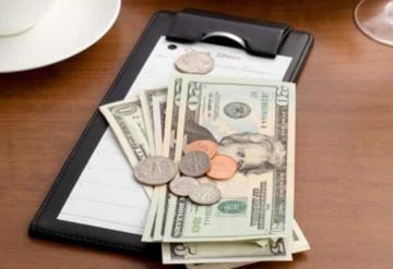 Hombre deja 10 mil dólares de propina a su mesero
