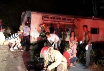 Mueren 4 personas en choque entre autobús de pasajeros y taxi en Quintana Roo