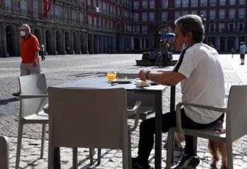 Reabren bares y restaurantes en España, tras disminución de muertes por COVID-19