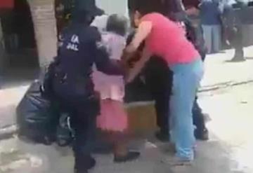 A la fuerza, policías obligan a viejecita a ponerse cubrebocas