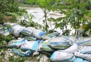 Colocan costalería en márgenes de río de la Sierra en Jalapa