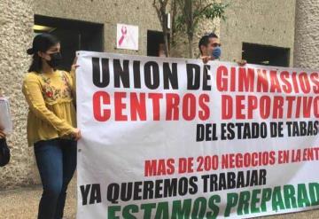 Trabajadores de gimnasios se manifiestan frente al Centro Administrativo de Gobierno