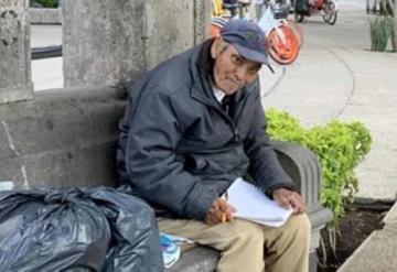 Abuelito vende dibujos en la calle para poder sobrevivir durante la pandemia