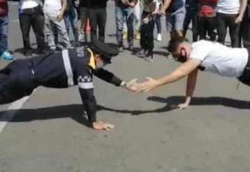 VIDEO: Policía de Tránsito enfrenta a ciudadano en duelo