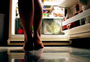Esta es la razón por la que sientes tanta hambre por la noche
