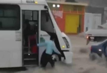 Conductor salva a familia de ser arrastrada de corriente de agua