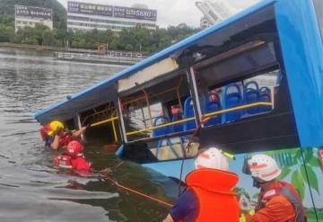 Cae autobús con estudiantes a un embalse en China