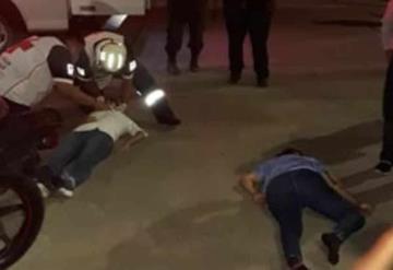 Sin protección alguna motociclistas salen disparados en terrible choque