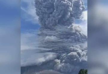 Volcán Sinabung entra en erupción y expulsa enorme columna de ceniza