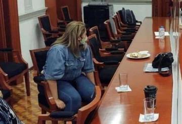 Madre desesperada se amarra a silla en la sala de juntas de la CNDH para pedir justicia por su hija
