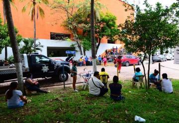 Hacen filas en el Centro de Convenciones para recibir apoyo por inundaciones