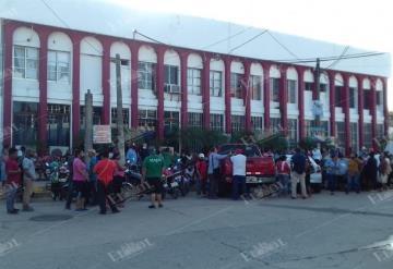 Afectados por inundación toman el Palacio Municipal de Nacajuca