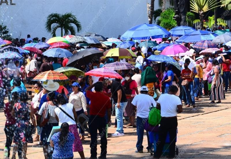 Habitantes de Nacajuca hacen largas filas para cobro de apoyo por inundación