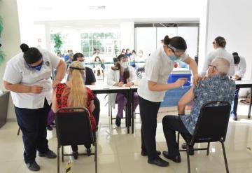 Voluntariado de la UJAT y Secretaría de Salud realizan campaña de vacunación