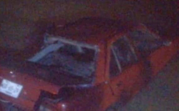 Sujeto choca contra poste y árbol, termina impactado en un potrero anegado