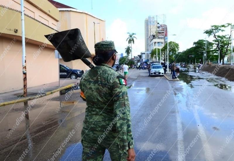 Llega más arena para contener las filtraciones en el muro del Malecón