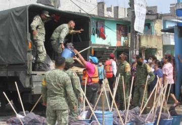 Entregan kits de limpieza a habitantes de La Manga