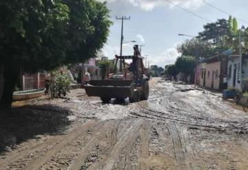 Con maquinaria retiran lodo de calles de Jahuacapa en Jalapa