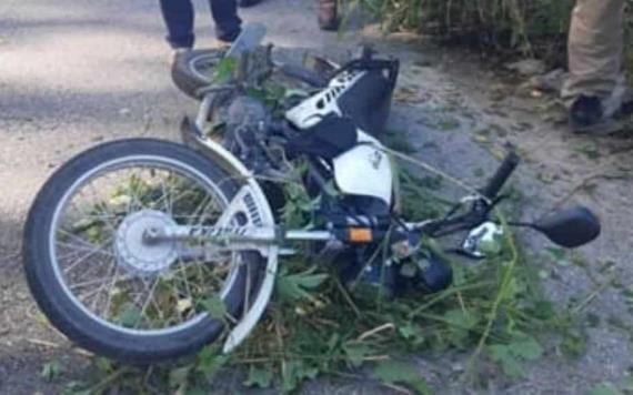 Moto mandado se accidenta al evitar que una bolsa con hielo se le callera