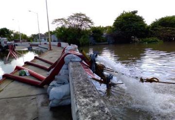 Camión-bomba de CONAGUA extrae agua en calles y periférico zona baja en ciudad de Jonuta