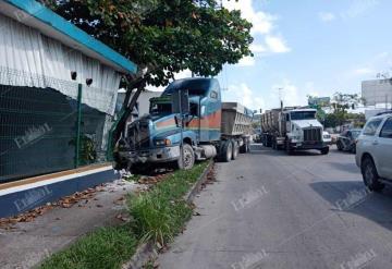 Conductor se queda sin frenos sobre el periférico de Villahermosa