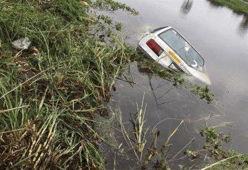 Taxista de Jonuta cae entre el agua a la altura de la ranchería Zapotal