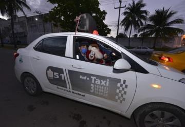 Santa taxista está triste, no llega a la meta de colecta de juguetes