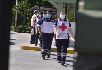 Paramédicos de la Cruz Roja son vacunados contra COVID-19