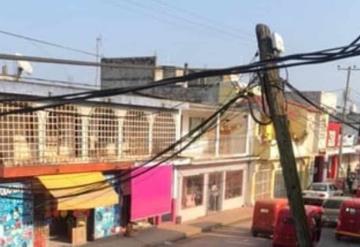Poste de teléfonos cae sobre cables de alta tensión en San Carlos Macuspana