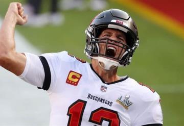 """""""Nada que ver, sólo un poco de tequila"""" Tom Brady lanza trofeo del Super Bowl de un yate"""