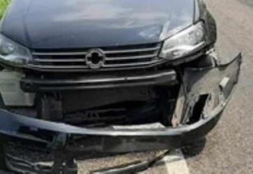 Cuatrimoto y automóvil chocan en glorieta de Jalapa