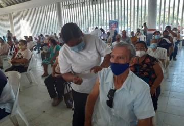 Inicia la vacunación contra COVID-19 en Balancán