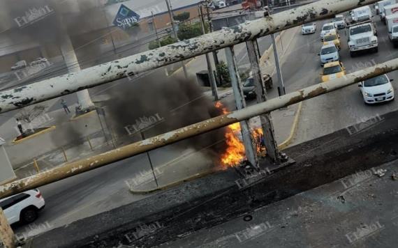 Se incendia auto compacto en cruce de Periférico