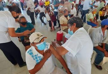 Avanza vacunación contra COVID en adultos mayores de Balancán