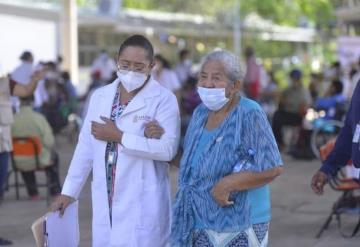 Continua vacunación contra COVID-19 en Centro