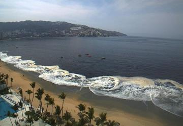 Capa de arena negra cubrió parte de la bahía de Acapulco