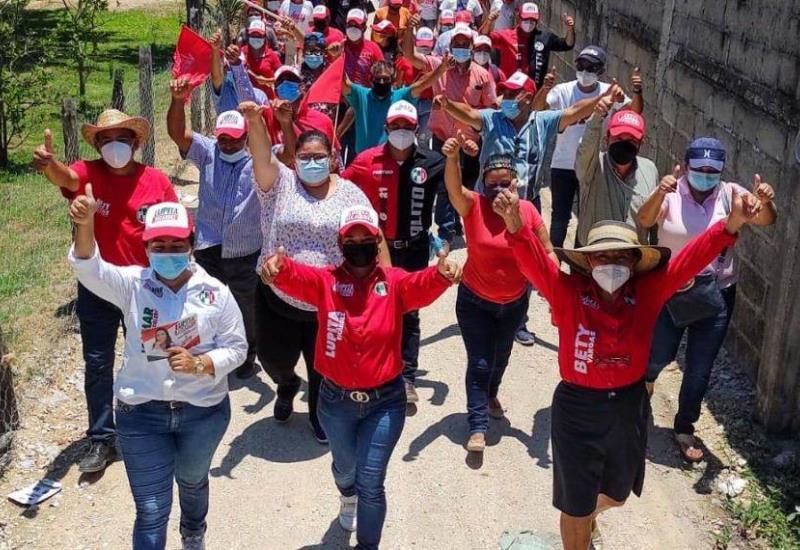 Lupita Ricardez recorre Villa Jalupa escuchando las necesidades de los habitantes
