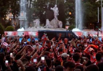 Menor de edad aficionado del Atlético muere al sacar el cuerpo de una furgoneta y chocar contra muro
