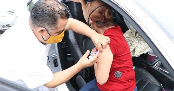 """Aplican vacuna a ciudadanos que inician con letras de la """"L"""" a la """"N"""" en su primer apellido"""