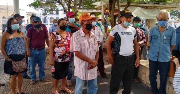 Extrabajadores de los ayuntamientos en tabasco se manifestaron a las afueras del congreso del estado